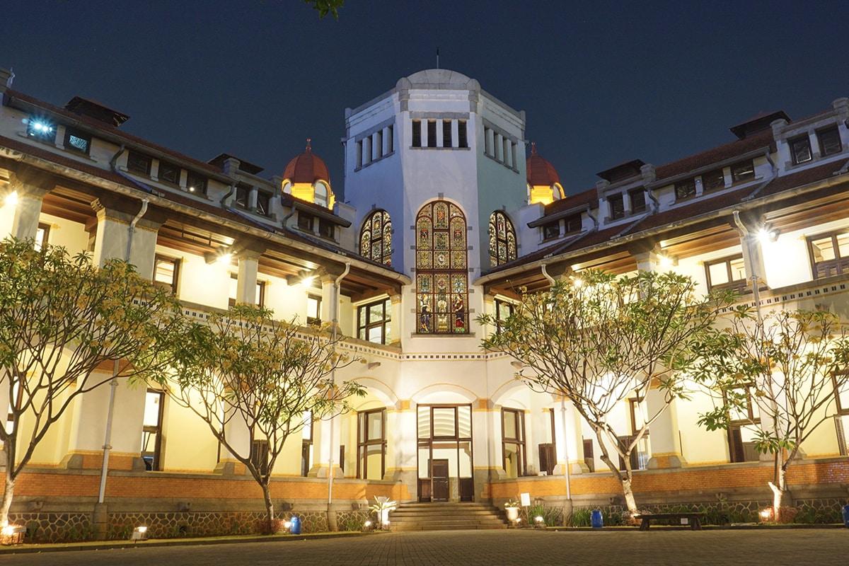 potret bangunan lawang sewu yang megah dan mewah pada malam hari